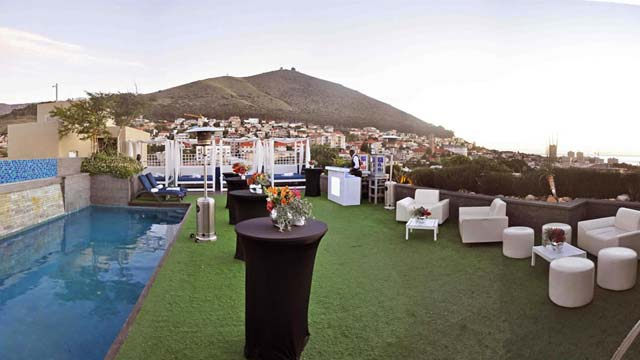 Rooftop bar Zenith Sky Bar & Pool Deck in Cape Town